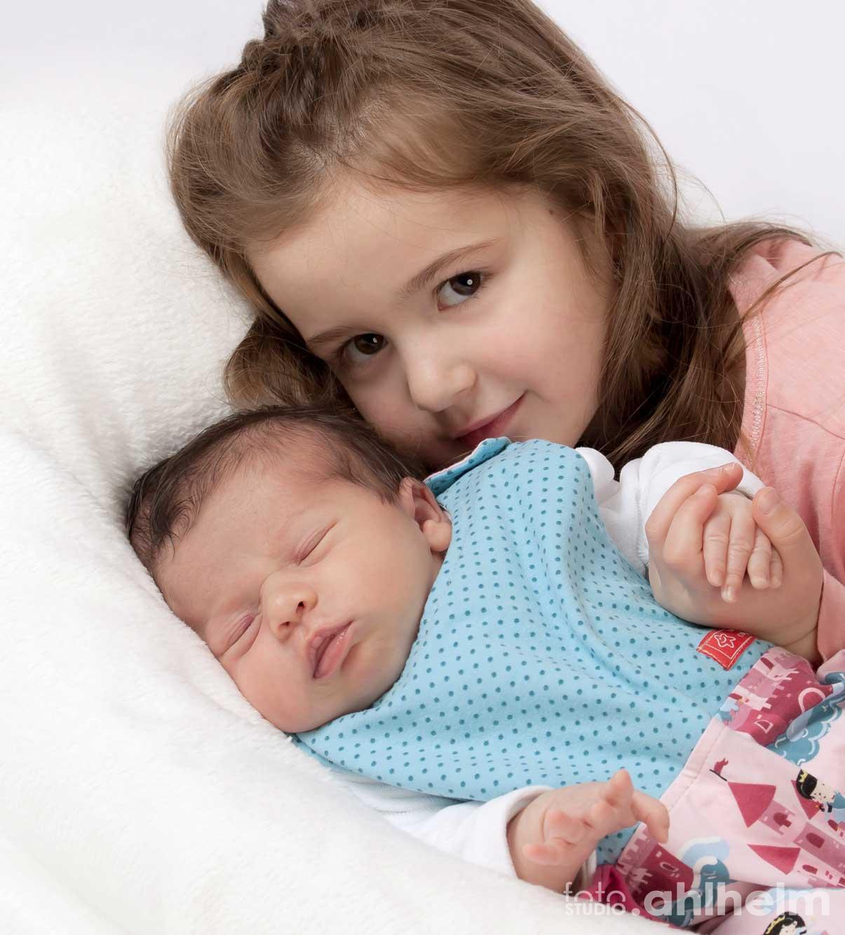 Fotostudio Ahlhelm Kinder Baby mit großer Schwester