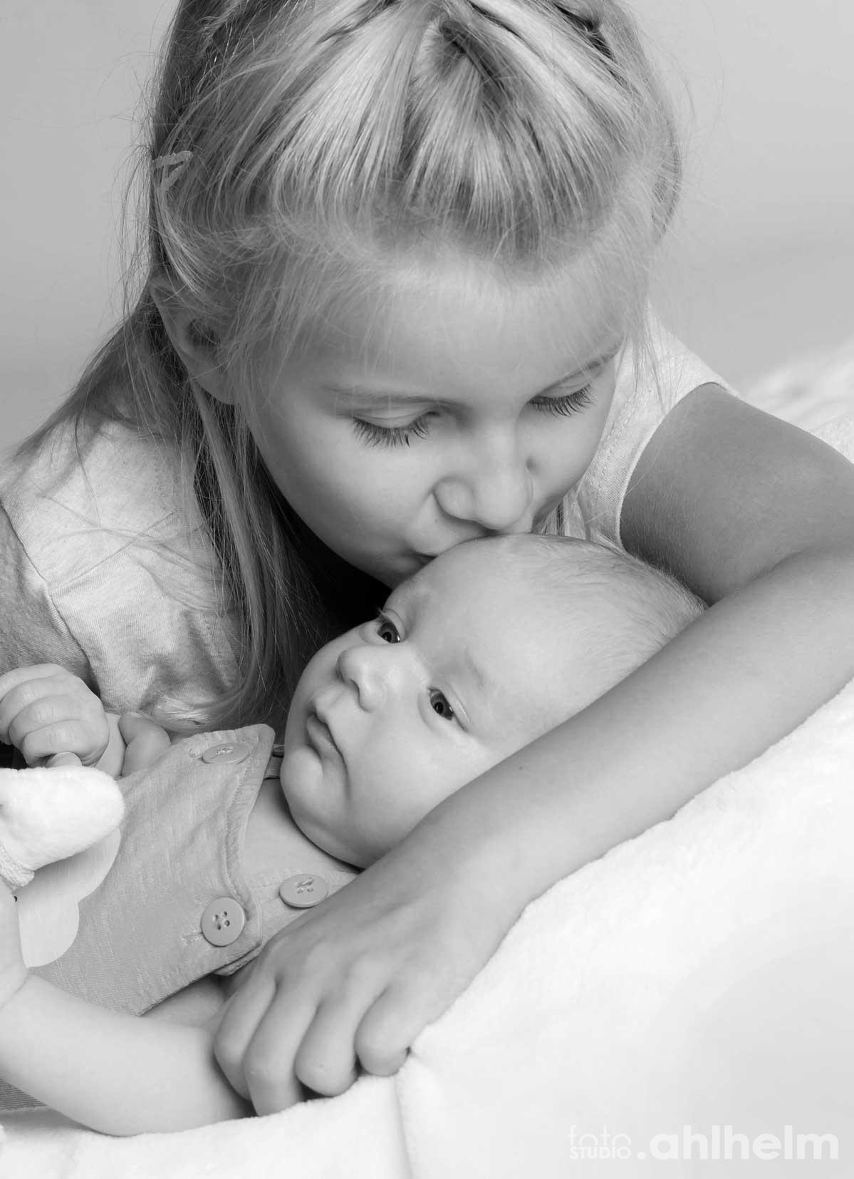 Fotostudio Ahlhelm Kinder Baby mit großer Schwester Küsschen