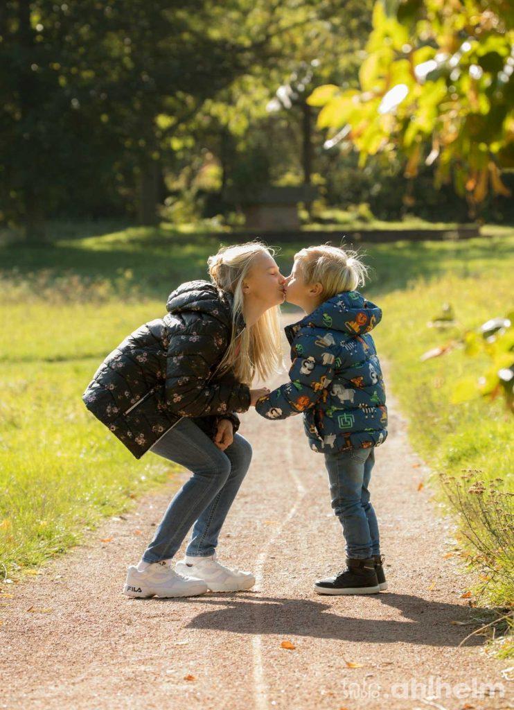 Fotostudio Ahlhelm outdoor Geschwisterliebe